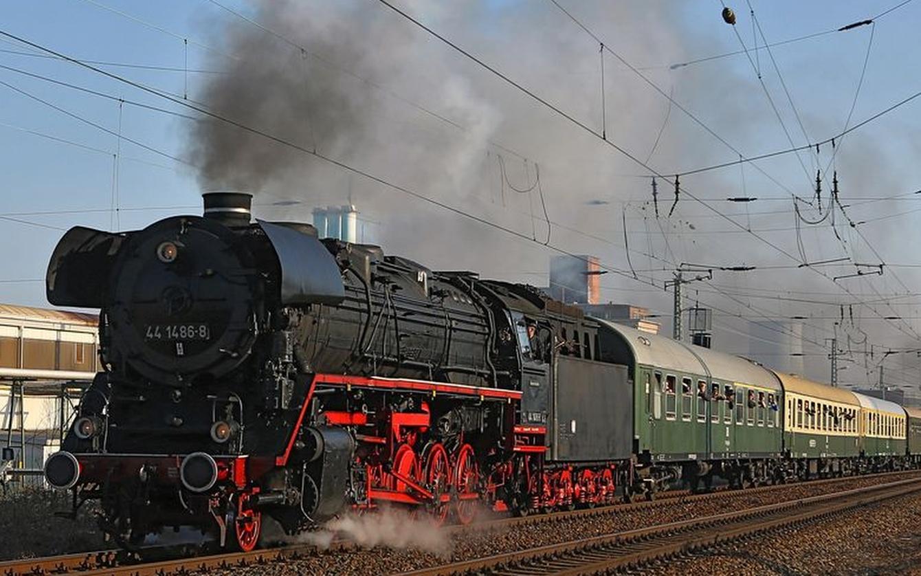 nostalgische Zeitreise Dampf-Schnellzug Dresden Prag Trabi Meißen Dampflokomotive Dampfschiff Oldtimer Omnibus
