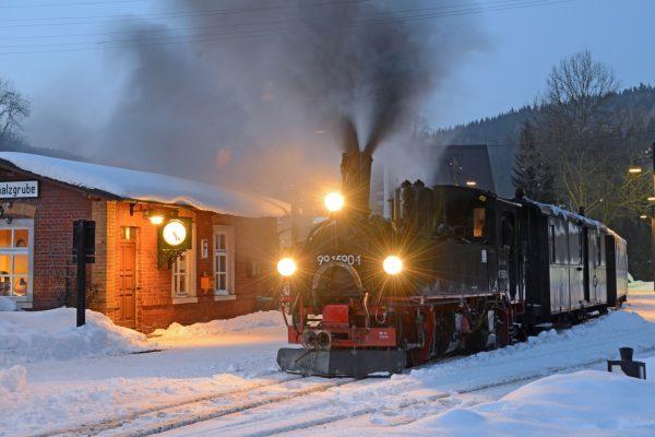 Steam-train-saxonia-wintertime-2-350